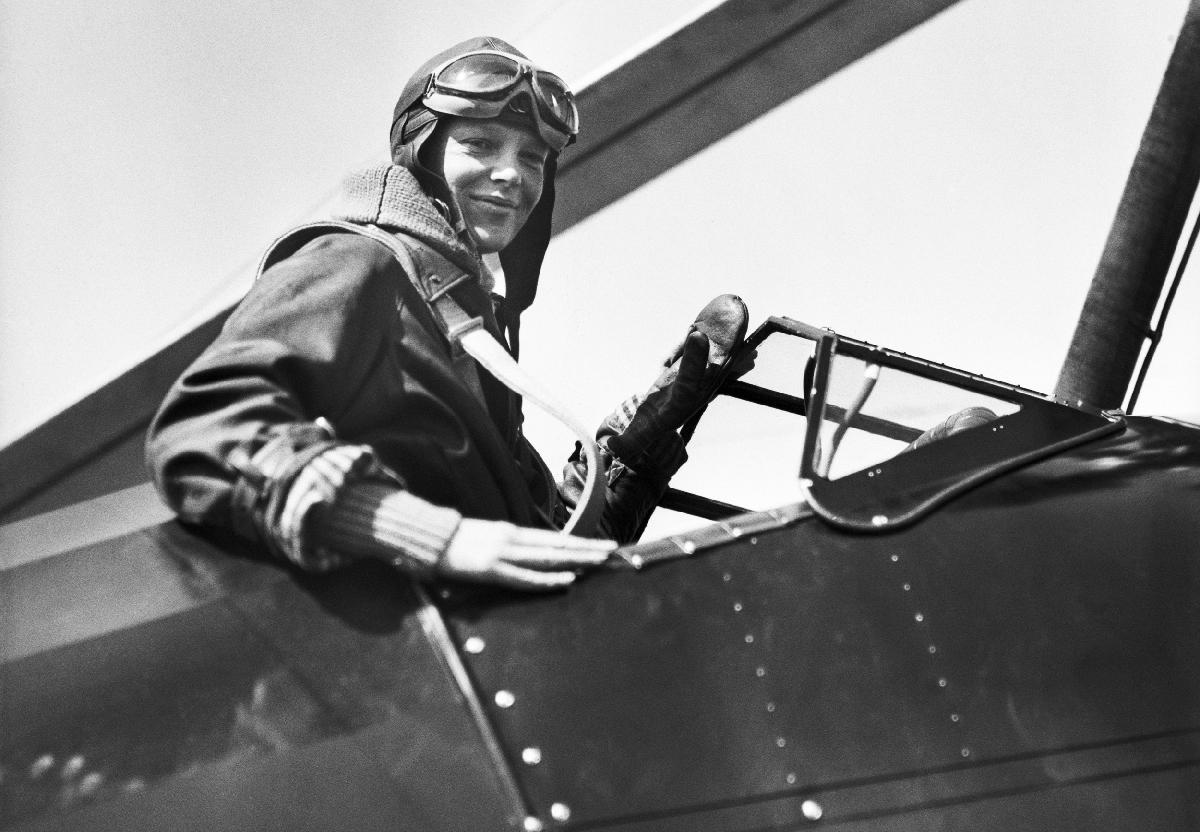 Amelia Earhart first pilot woman